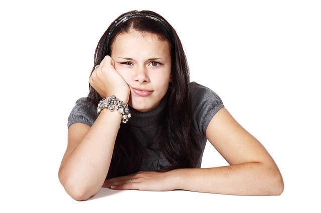 dívka se znuděným výrazem