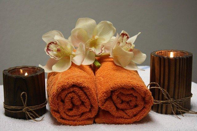svíčky, ručníky, květiny