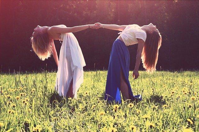 dívky v šatech