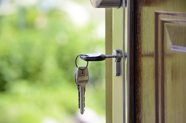 klíče v zámku domu
