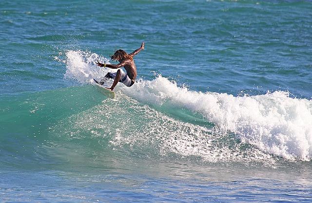 surfař na prkně
