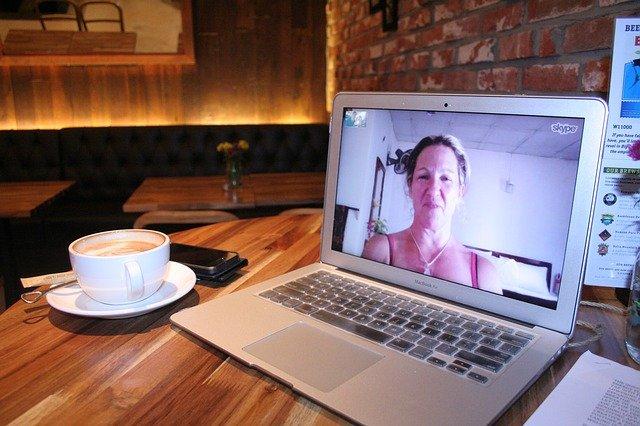 žena na skype
