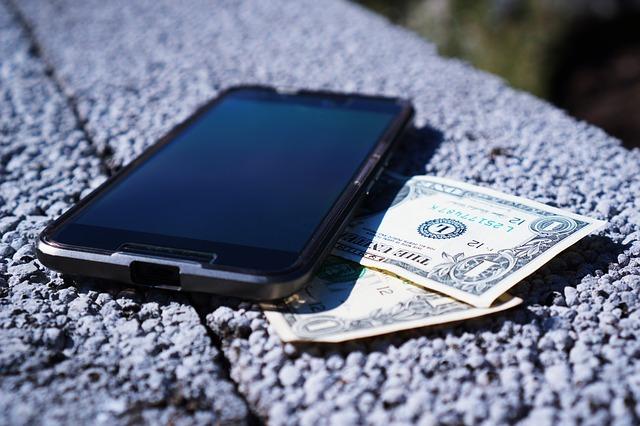 mobil a dvě bankovky