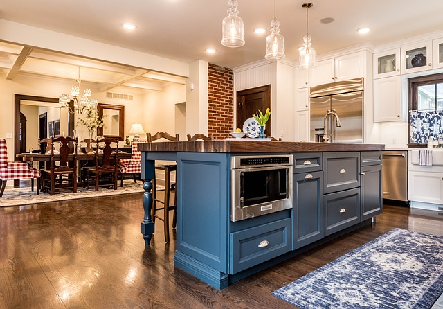 modrá kuchyně s ostrůvkem