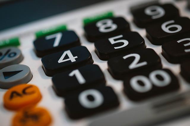 kalkulačka hodně zblízka, velká černo bílá čísla