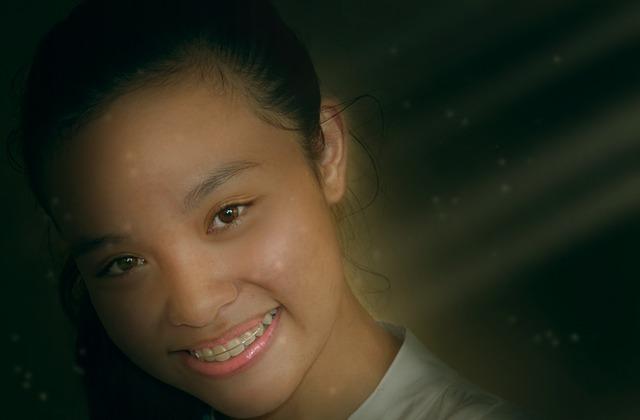 Dívka s rovnátky