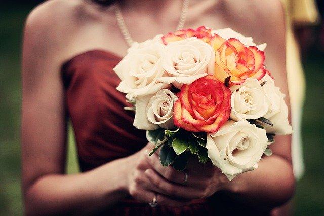 žena držící kytici růží