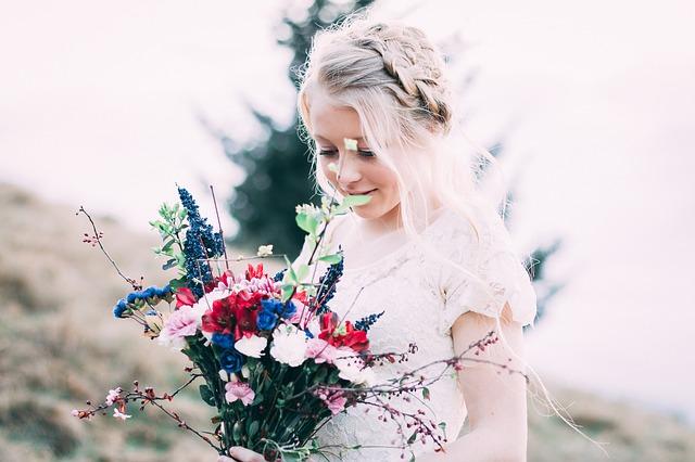 holčička držící různobarevnou kytici