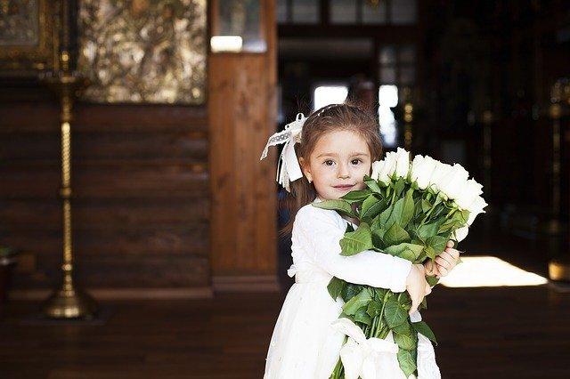 holčička s bílou kyticí